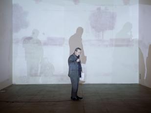 beppe sebaste durante la sua performance per i Quattro Passi di Andrea Aquilanti