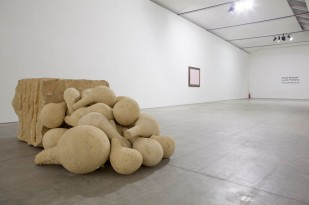 Anish Kapoor, Here and there, 1987 Lucio Fontana, Concetto spaziale, 1962