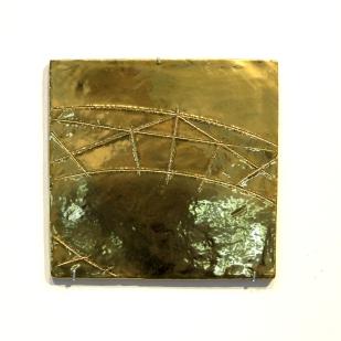Senza titolo, 2016. Ceramica dorata, 26 x 27.5 cm.