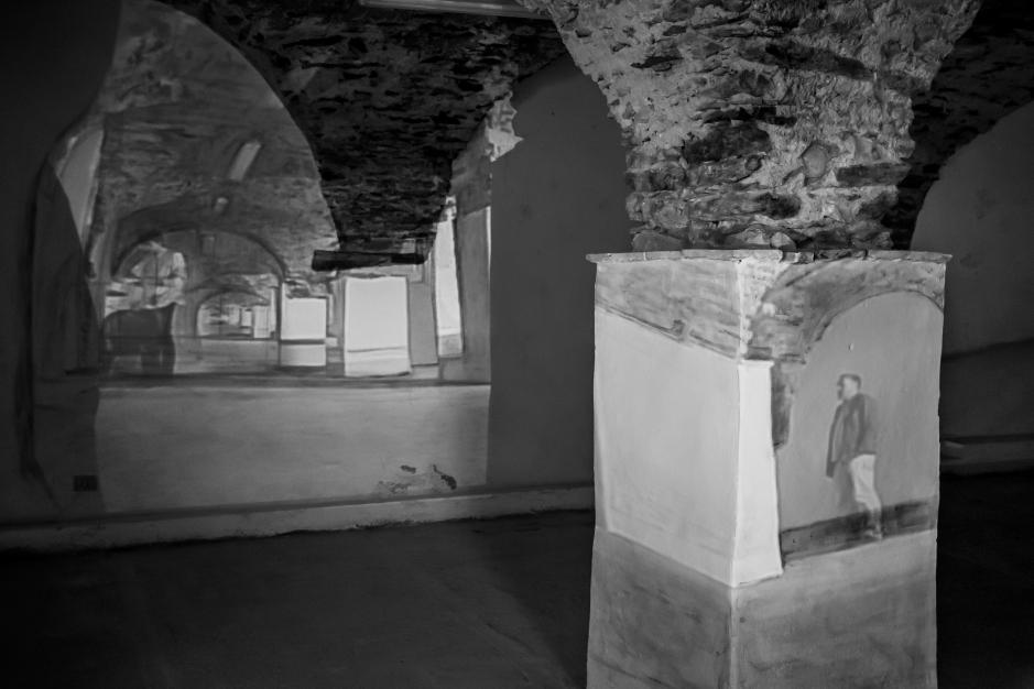 andrea aquilanti - doppio movimento, 2016, videoistallazione ambientale e  tempera su muro